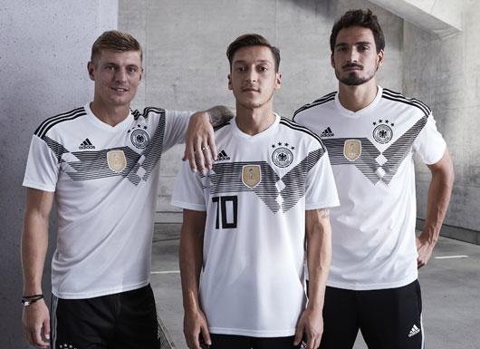 Toni Kroos, Mesut Özil und Mats Hummels zeigen das neue Heimtrikot von Deutschland.