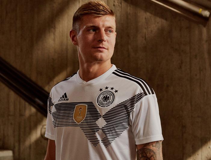 Toni Kroos zeigt das neue DFB Trikot in weiß.