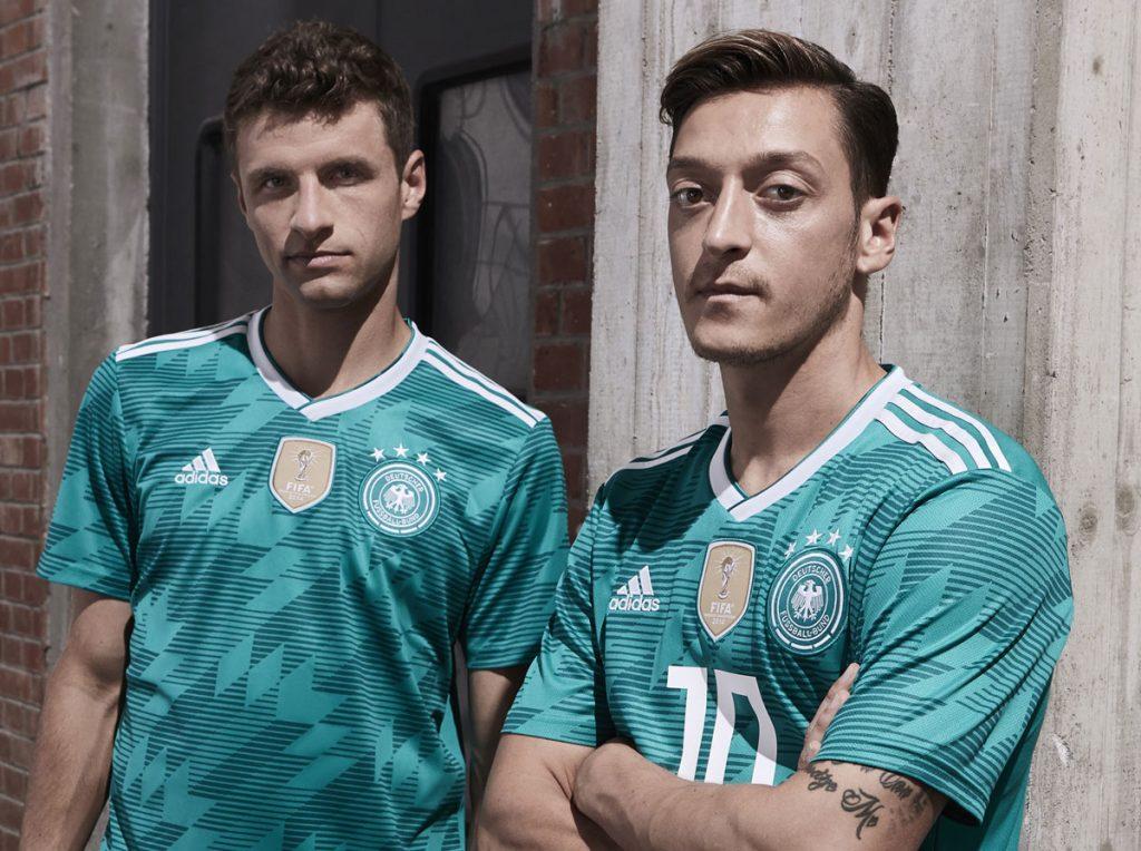 Thomas Müller und Mesut Özil im neuen grünen DFB Trikot 2018.